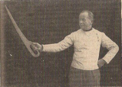 Ο δάσκαλος ξιφασκίας Stjepan Kerec με dussack,φωτογραφία από το βιβλίο του 'Ξιφασκία' του 1951